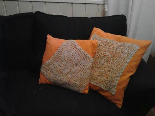Tuunattuja sohvatyynyjä. Viimeinkin keksin (siis löysin pinterestistä idean) kaappiaarteilleni käyttöä.