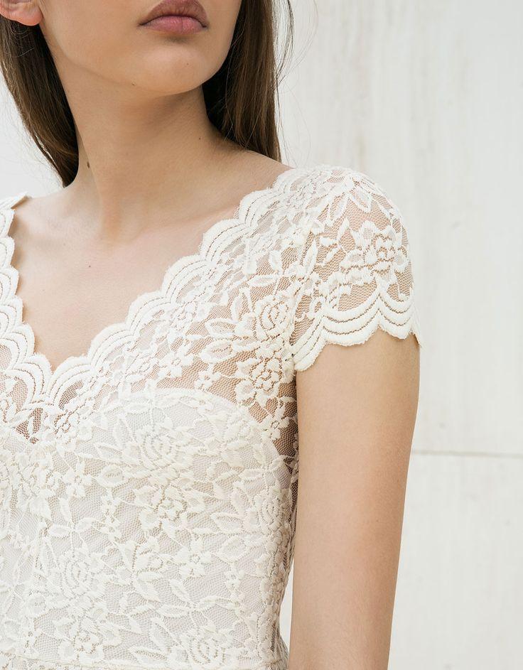 Vestido blonda bajo asimétrico. Descubre ésta y muchas otras prendas en Bershka con nuevos productos cada semana