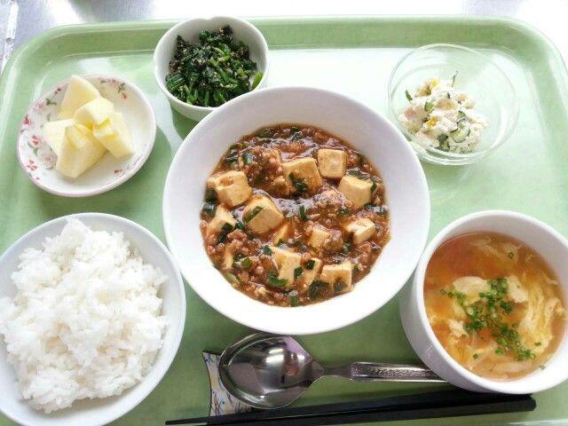 12月8日。麻婆豆腐、おからサラダ、ホウレン草のごま和え、かき玉中華スープ、りんごです!586カロリー、たんぱく質23g、塩分2.9gでした♪