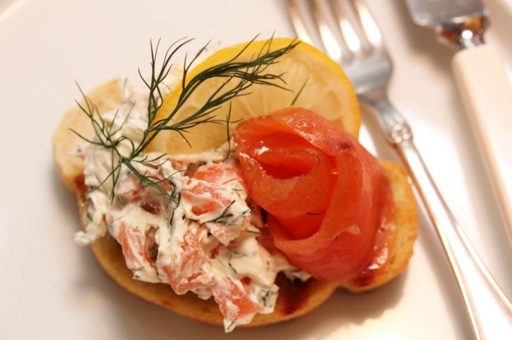 Crostini with smoked salmon and dill