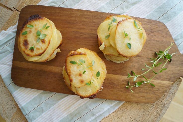 Små Pommes Anna. Nemme og lækre små Pommes Anna som er lavet i en muffinform og pyntet med frisk timian. De egner sig godt til gæste- eller festmad.