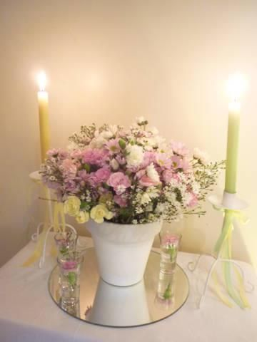 Maceta con flores pasteles + velas y cintas