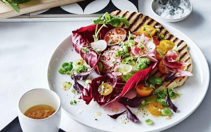 Panzanella is een traditionele Toscaanse salade met stukjes oud brood en tomaten die in vinaigrette gemarineerd zijn. In deze moderne versie wordt platbrood gebruikt als bordje. panzanella met oertomaten en yoghurtplatbrood hapje/antipasto | 8 personen 1 teen knoflook, geperst 1 sjaloe, fijngesneden 3 el rodewijnazijn 3 el olijfolie extra vergine 5 oertomaten in verschillende kleuren, …