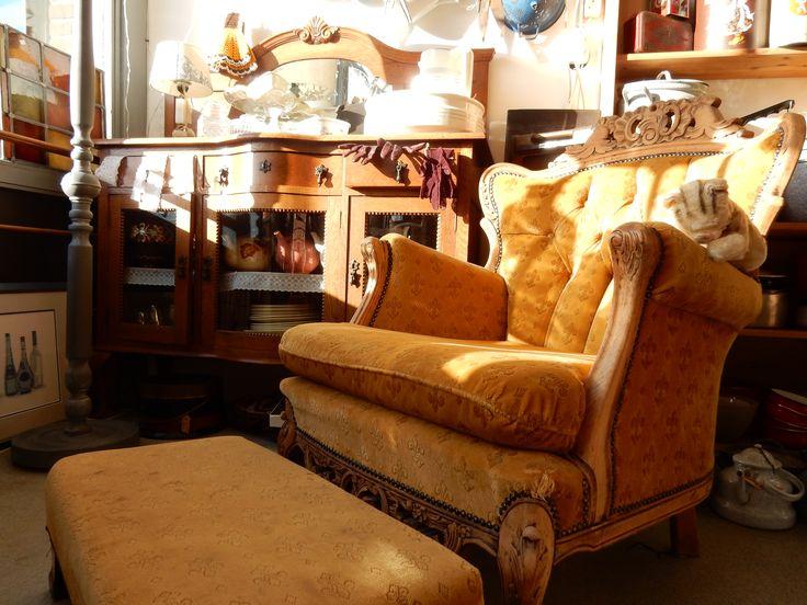 Neo klassieke barok fauteuil met voetenbank. Kleur okergeel. De stoel is gebruikt en heeft op een hoek een kleine schade aan de stof, zie foto. Verder een bijzonder mooie fauteuil om uw interieur een bijzondere look te geven. Afmetingen fauteuil: 91 cm hoog, 78 cm diep, 70 cm breed en zithoogte ongeveer 40 cm. Afmetingen hocker: 65 cm breed, 33 cm diep en 22 cm hoog. Prijs € 185.00.