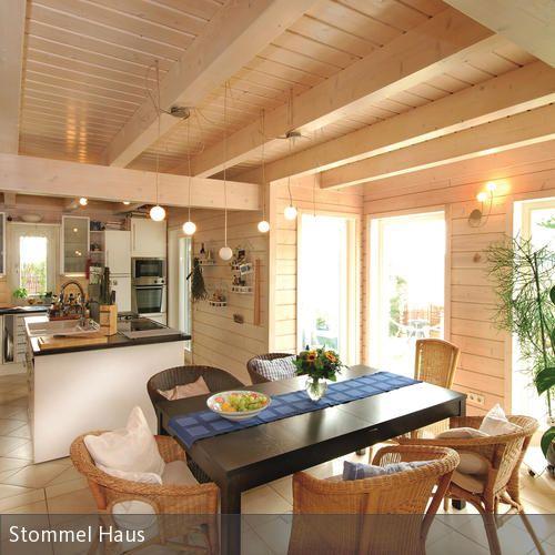 Diese helle Essecke mit offener Küche ist optimal, wenn Besuch im Haus ist. Während die Gäste vor den großen hellen Fenstern am Tisch sitzen, kann man am  …