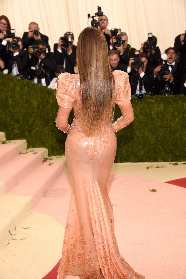 Pin for Later: Beyoncé Pose Solo Sur le Tapis Rouge du Met Gala Dans une Robe en Latex