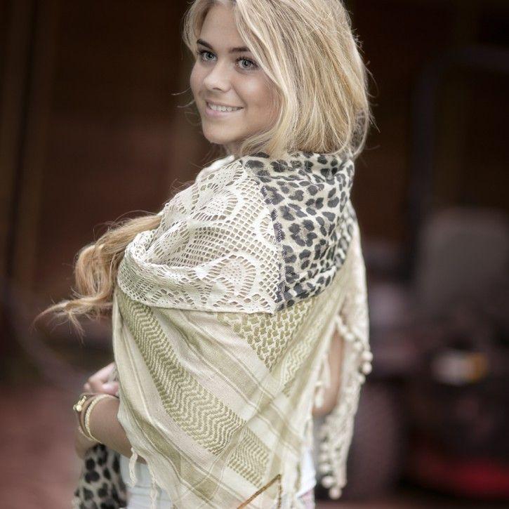 Yippie Hippie   Sjaal   Nelly *** Deze handgemaakte sjaal van Yippie Hippie is uitermate geschikt om multifunctioneel te gebruiken! Als sjaal, omslagdoek of pareo. De sjaal is bewerkt met prachtige glanzende pailletten in de vorm van een driehoek en heeft franjes aan de randen. De verschillende stoffen die zijn gebruikt zijn echt typerend voor de Yippie Hippie sjaals. Materiaal: 83% katoen - 12% zijde - 5% polyester. Wasadvies: Handwas Maat: 230x150 (BxH)