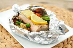 Zalm pakketjes uit de oven met verse groenten - de worteltjes en peultjes kort voorkoken