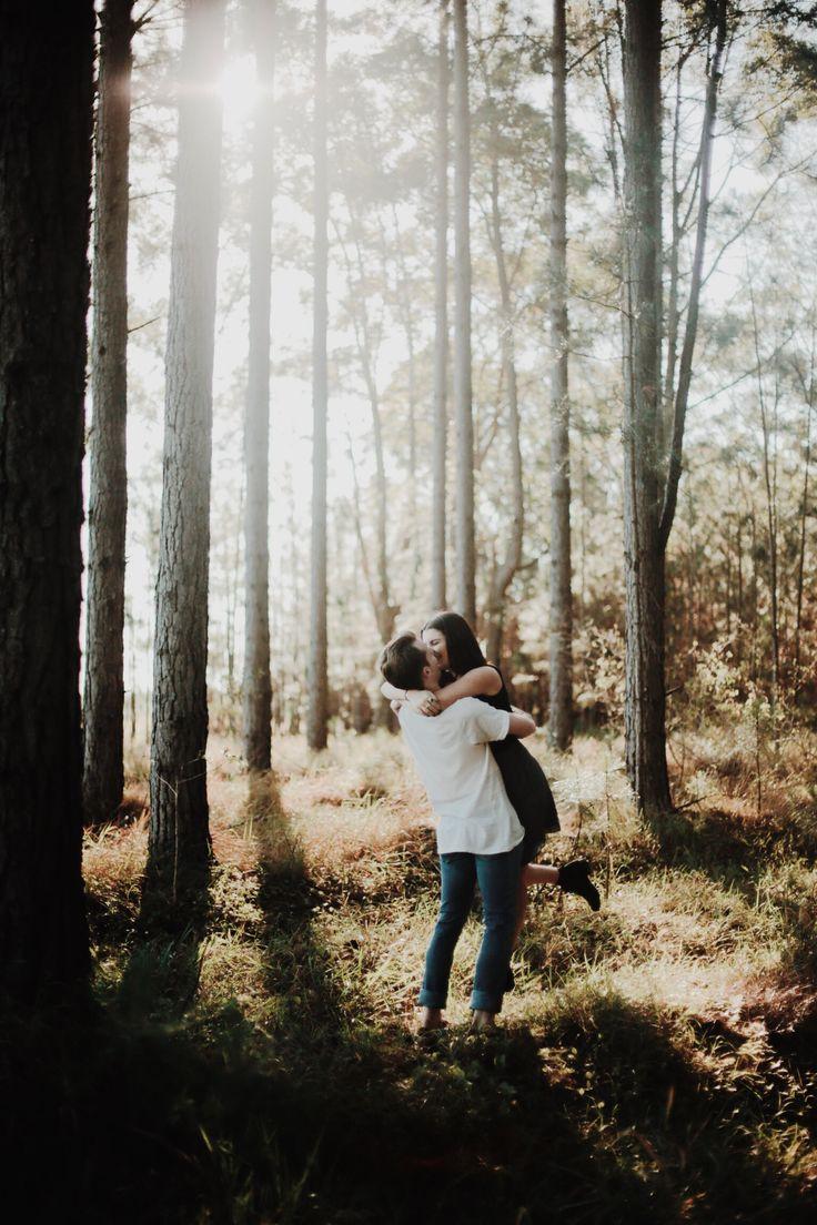 Verlobungsshooting im Wald, romantisch, Kuss – Verlobungsshooting