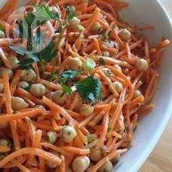 Schneller Kichererbsensalat mit Möhren - Möhren und Kichererbsen passen prima zusammen. Der Salat ist schnell gemacht und ideal für ein Picknick oder zum Grillen.@ de.allrecipes.com