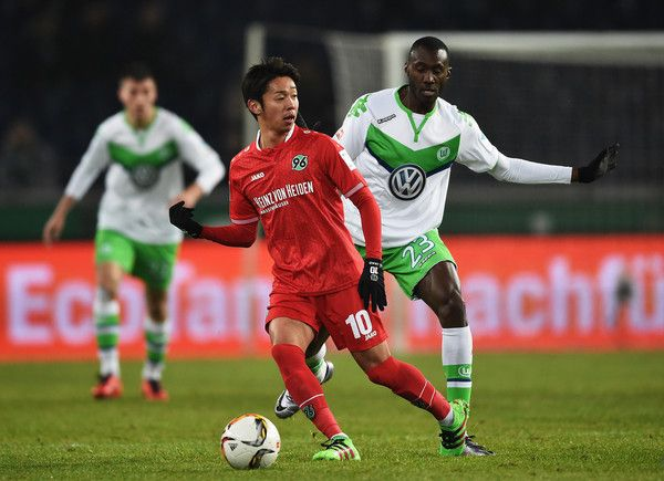 Hiroshi Kiyotake Photos - Josuha Guilavogui of Wolfsburg is challenged by Hiroshi Kiyotake  of Hannover during the Bundesliga match between Hannover 96 and VfL Wolfsburg at HDI-Arena on March 1, 2016 in Hanover, Germany. - Hannover 96 v VfL Wolfsburg - Bundesliga