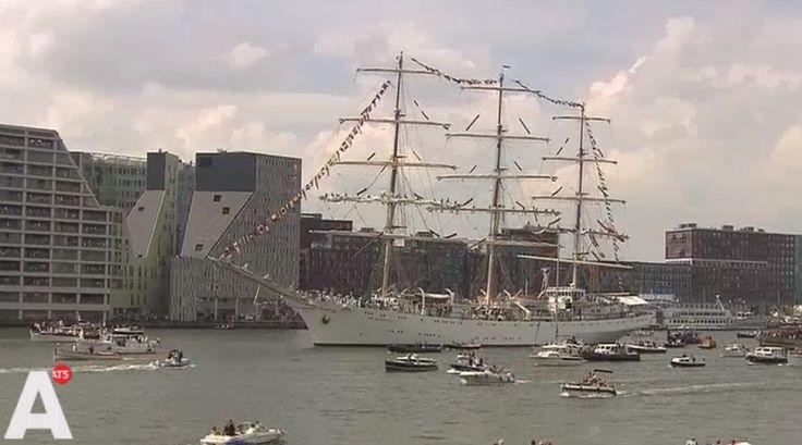 Veel bijzondere schepen passeren vandaag: zoals bv. de 108 meter lange Dar Mlodziezy uit Polen http://at5.nl/s/C3Z