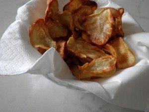 Chips di Topinambur con erbe aromatiche Ingredienti 10 topinambur di medie dimensioni erbe aromatiche tritate qb Olio extravergine d'oliva Sale e pepe
