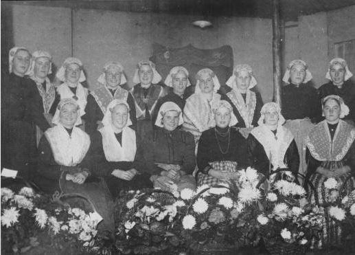 Bij het vijftig jarig jubileum van de melkfabriek in Eelde waren de dames in klederdracht. Vlnr. T, Harms, T. Luinge, T. Luinge, M. de Vries, R. Vijfschaft, T. van Es, T. Nijland, M. van Wijk, A. Visser en R. Ubels. Zittend vlnr. M. Kampen, A. Dekker, R. Visser, G. Hulzebos, J. Makken en I. Nijdam. 1945 Drents Archief #Drente