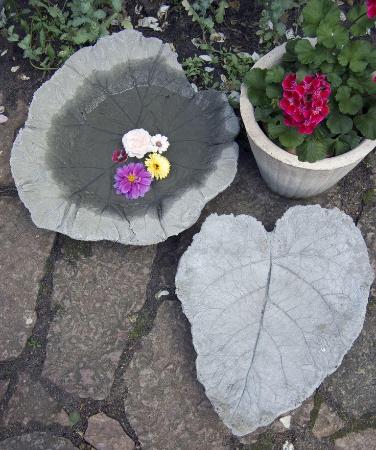 Lav et sødt fuglebad af beton, udformet som et smukt rabarberblad. Det er nemt og skægt, og resultatet er et unikt, romantisk fuglebad.