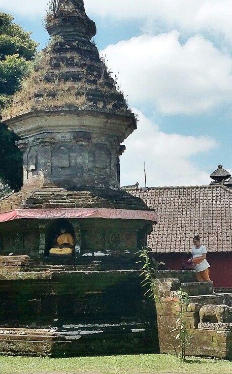 A Balinese Lady is giving sesajen in Bali