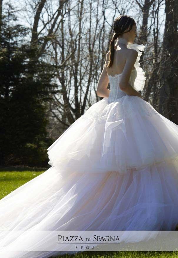 Gli abiti da sposa Vera Wang sono unici e inconfondibili. Scopri la meravigliosa collezione 2017 su http://www.piazzadispagnasposi.it/collezioni/sposa/vera-wang-sposa-2017/