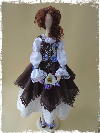 Купить или заказать Коллекционная кукла Тильда в стиле Бохо в интернет-магазине на Ярмарке Мастеров. Коллекционная текстильная кукла по мотивам тильда ,выполнена в бохо стиле! У Жасмин не обычный сарафан, расшит вручную декоративными цветами , так же она имеет ,несколько юбок и штанишки . Вся одежда с кружевами . Обувь выполнена вручную.