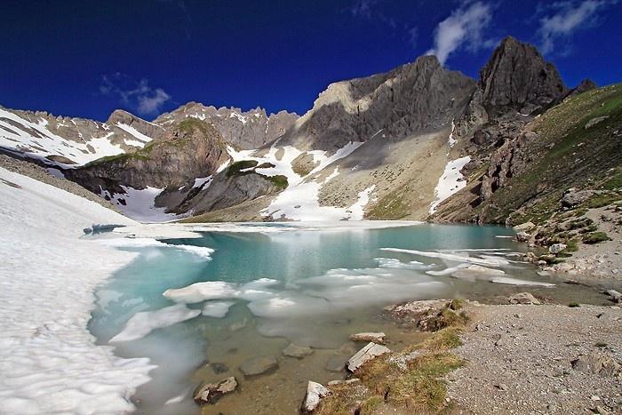 Une montée raide depuis les chalets de Laval mais qui nous offre une magnifique vue sur le lac des Béraudes. Vallée de Névache. Hautes-Alpes. France.    http://www.randozone.com