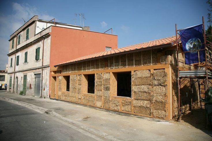 A primeira casa urbana construída com fardos de palha em Roma, Italia  Um fardo de palha não revestido, graças a sua espessura de 450 mm, tem um valor de coeficiente de condutividade térmica (K) de 0,13 W / mqK , de modo que seu rendimento térmico é muito maior que o esperado.