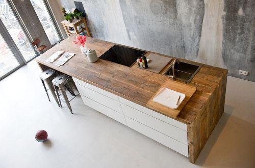 Keukenblad van oud sloophout ! Mooie uitstraling. Met betonlook op de muur.