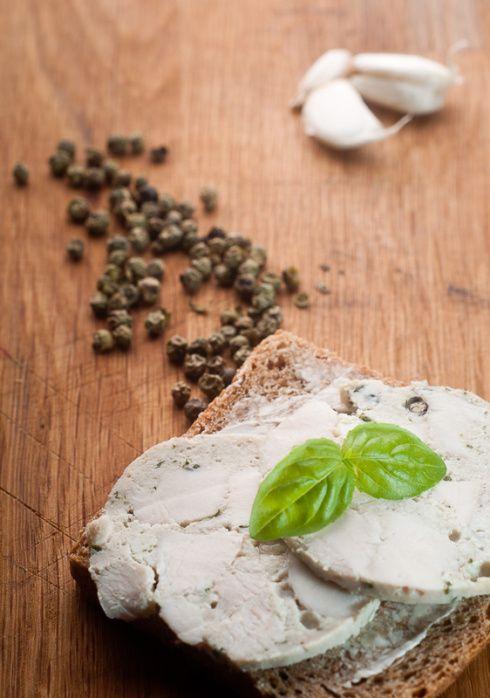 Potrzebne składniki: 500 g piersi kurczaka; 50 ml żelatyny; duża garść świeżych listków bazylii; 5 ząbków czosnku; 2 liście laurowe; ok. łyżka zielonego pieprzu; 3 ziarenka ziela angielskiego; łyż…