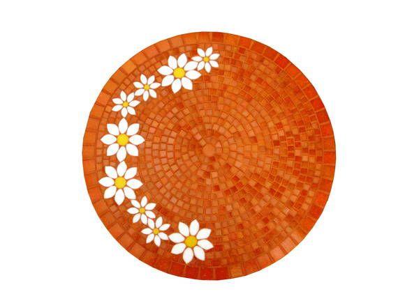 Tampo de mdf revestido em mosaico com pastilhas de vidro nas cores laranja, branco e amarelo. Acabamento em pastilha também na lateral do tampo. O valor não inclui os pés da mesa. *O PRAZO DE CONFECÇÃO DA PEÇA É DADO EM DIAS ÚTEIS E DEVE SER SOMADO AO PRAZO DE ENVIO PELOS CORREIOS*
