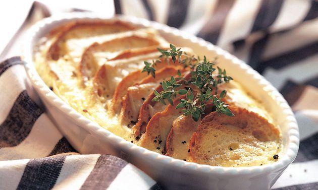 Ramequin: Brotscheiben auf ein Backblech legen, mit der flüssigen Butter bestreichen und unter dem Grill oder bei grosser Oberhitze im Backofen toasten ...
