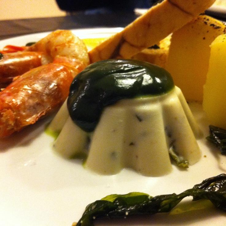 Ovas de bacalhau, gambão fresco e a panacota de wakame com spirulina