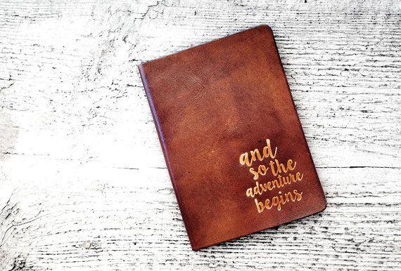 De cuero pasaporte tapa viaje cartera - y así la aventura comienza - sostenedor del pasaporte - genuino cuero - Wanderlust - aventura está ahí fuera
