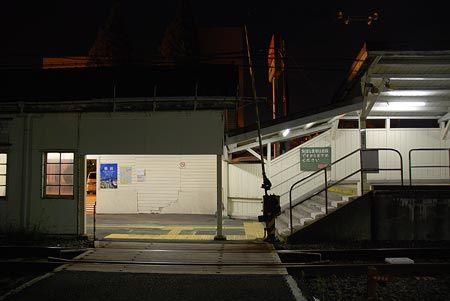 ここは、横浜市内扱いの都市内区間の駅。たまにしかやって来ない列車に、構内踏切も待ちぼうけ。2008/9 JR鶴見線海芝浦支線 新芝浦駅© 2010 風旅記(M.M.) 風旅記以外への転載はできません...