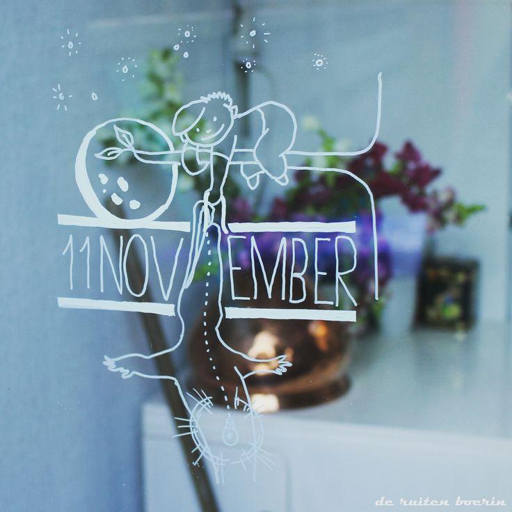 """11 November is de dag… Met groepjes langs de deuren, de magie van flikkerende lichtjes door de straten en vooral heel erg veel snoep ophalen. Laat zien dat de kinderen voor Sint Maarten welkom zijn en maak het extra uitnodigend om aan te bellen door een leuke raamillustratie op de deur of de ramen ernaast.  Wil je een andere raamtekening bij de deur, zoals een """"Hier waak ik"""" of een mooi geschreven naambordje, vraag naar de mogelijkheden via de website."""