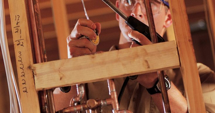 Como conectar tubos de cobre sem soldagem. Tubos de cobre são usados em muitas casas para carregar água quente e fria através dos cômodos. Normalmente eles precisam de solda para se conectar. Esse processo é realizado pela junção de dois tubos através de uma conexão (um T, caso mais de dois tubos estejam sendo usados) ou uma manga, que se encaixa em suas extremidades. Depois, o fluxo de ...