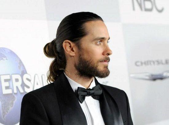 Традиционно длинные волосы считаются прерогативой женщин, а мужчины преимущественно носят короткие волосы. Однако длинноволосые мужчины побеждают хоть и не количеством, так качеством своей прически…