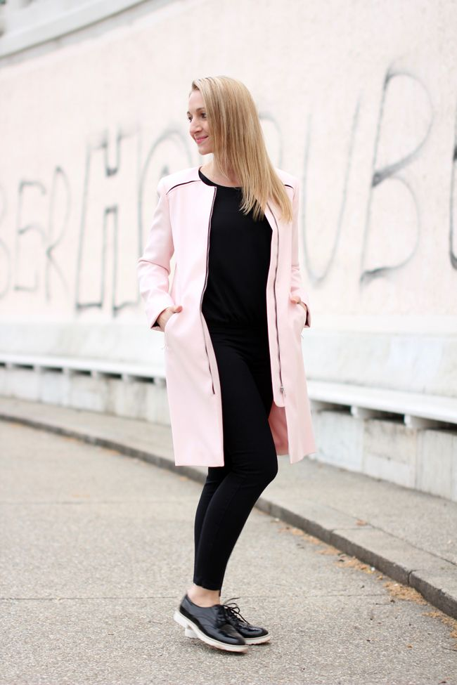 black skinny pants, Röhrenjeans schwwarz & light pink, rose quartz coat, Mantel rosa pink - C&A / black tunic blouse - Asos / Dandy Schnürer, lace ups - Deichmann / ring - Thomas Sabo / earrings - vintage /Modeblog Österreich / Austrian fashion blog / Ü 30 / 30+ fashion blog / fashion blog / Modeblog Ü30 / street style Austria / chic & casual style / how to style light pink coat / clean chic / effortless chic / monochrome outfit / Frühlingsmantel / spring coat