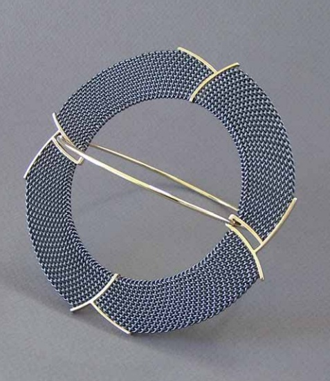 Brooch | Hanne Behrens.  Braided, silver and 585 gold