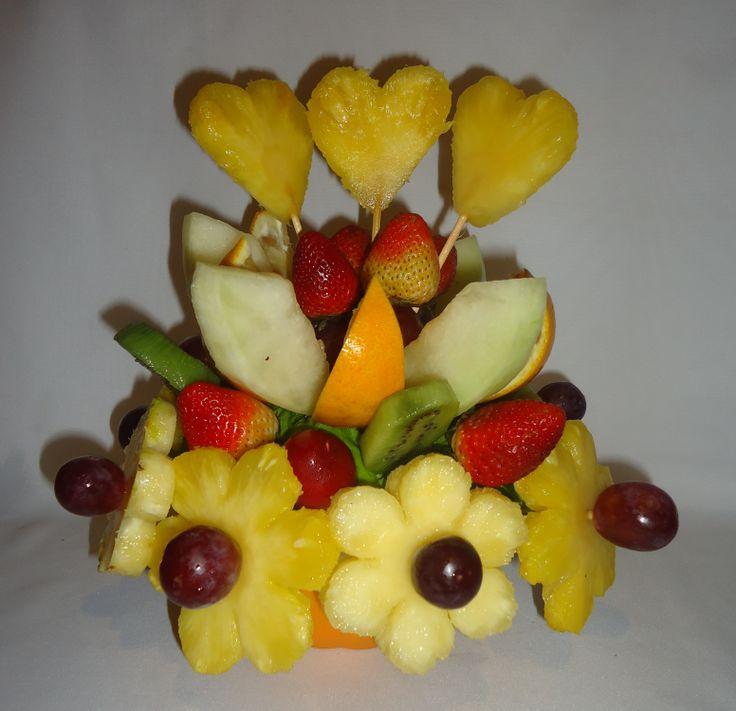 Fruit´s festival. Deliciosas margaritas de piña con botones de uvas rojas, corazones de piña, fresas frescas al natural, rebanadas de kiwi, trozos de melón amarillo y naranjas. $49.900