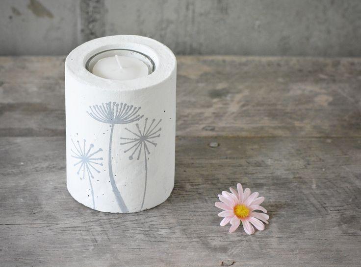 """Ich mag die """"Chrottepösche"""", oder wie man diesen hübschen Blumen sagt, in unserem Garten nicht allzu sehr. Aber als Sujet finde ich sie super, es sieht so zart und frei aus. So habe ich wieder mal Pusteblumen auf einen Kerzenbecher gemalt."""