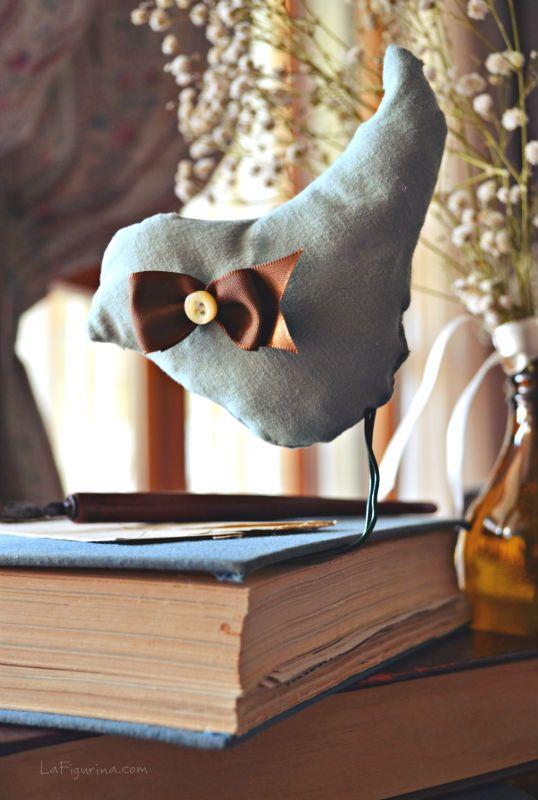 Un ottimo compagno di lettura, mi segue sempre, in ogni stanza... ma il suo posto è accanto al mio letto, sul mio comodino precisamente! E in ogni momento, accada quel che accada, lui sa sempre dov'ero rimasta... Vi presento il mio segnalibro preferito, ecco il link con il mio video tutorial per realizzarlo!! http://www.lafigurina.com/2014/05/tutorial-come-realizzare-degli-uccellini-in-stoffa/