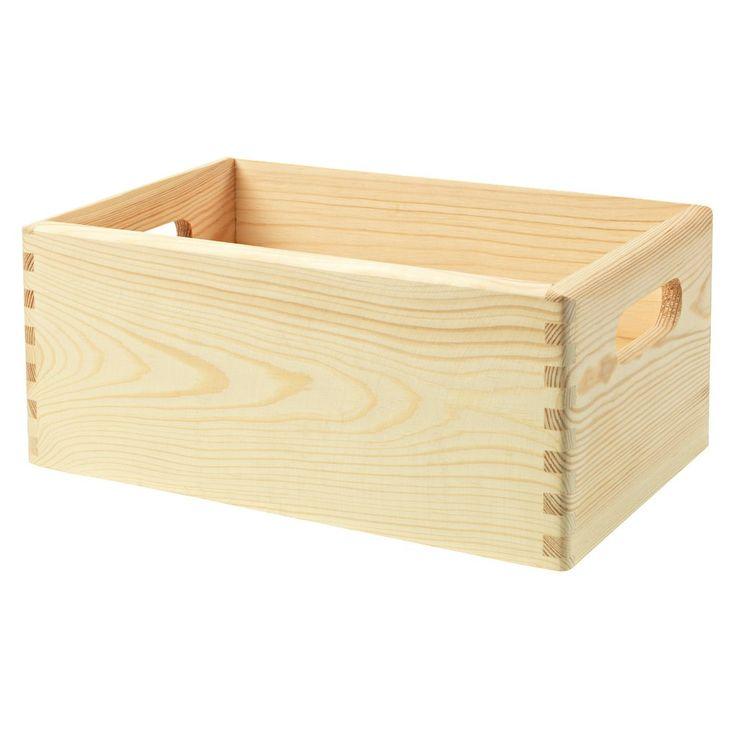 I denne enkle furukassen kan du oppbevare alt fra verktøy og leker til hageredskaper. De to håndtakene på hver side gjør det enkelt å bære den med seg. Kassen er laget i ubehandlet furu.