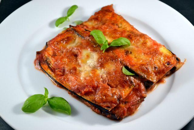 La Parmigiana is een overheerlijke aubergine schotel die lijkt op lasagna, maar zonder pasta wordt gemaakt. Met wat minder snelle koolhydraten, dus!