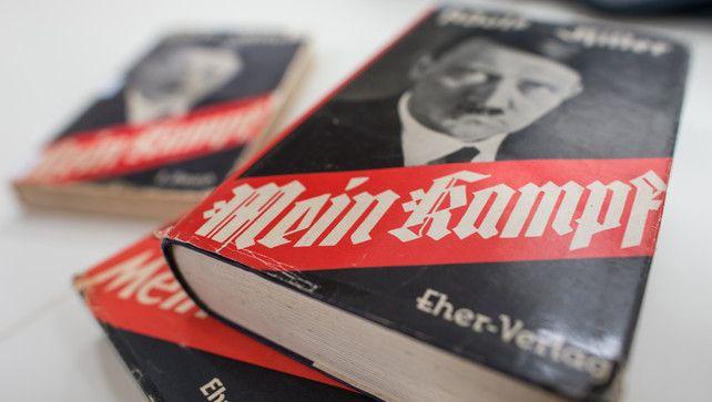 """""""Mein Kampf"""" dat Adolf Hitler schreef toen hij in de gevangenis zat zal vanaf nu terug in de winkelrekken verschijnen. Sinds 1 januari zijn de auteursrechten van """"Mein Kampf"""", publiek domein. De auteursrechten zijn nu terug vrij. Het werkstuk was de voorbije jaren op het internet en in tweedehandswinkels terug te vinden."""