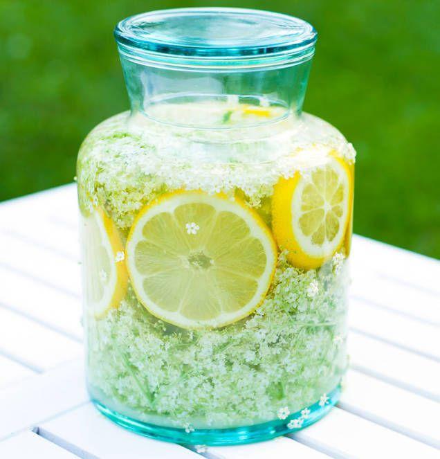 Ljuvlig fläderblomssaft som smakar sommar. Ett enkelt och klassiskt recept på flädersaft som passar perfekt som välkomstdrink, som bål eller precis som den är.