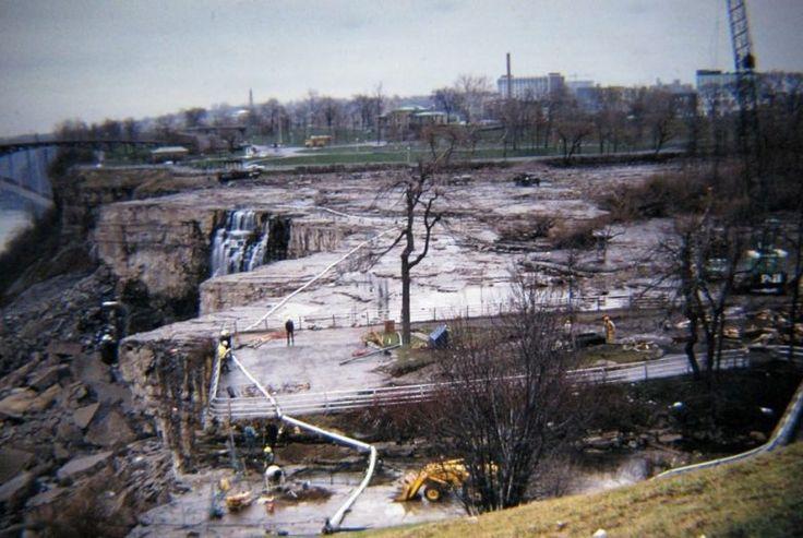 В 1969 году бурлящий водный поток, обрушивающийся по Американскому водопаду (с двумя собратьями — «Подковой» и «Фатой» — он образует комплекс водопадов, который называют Ниагарским), на время сжалс…