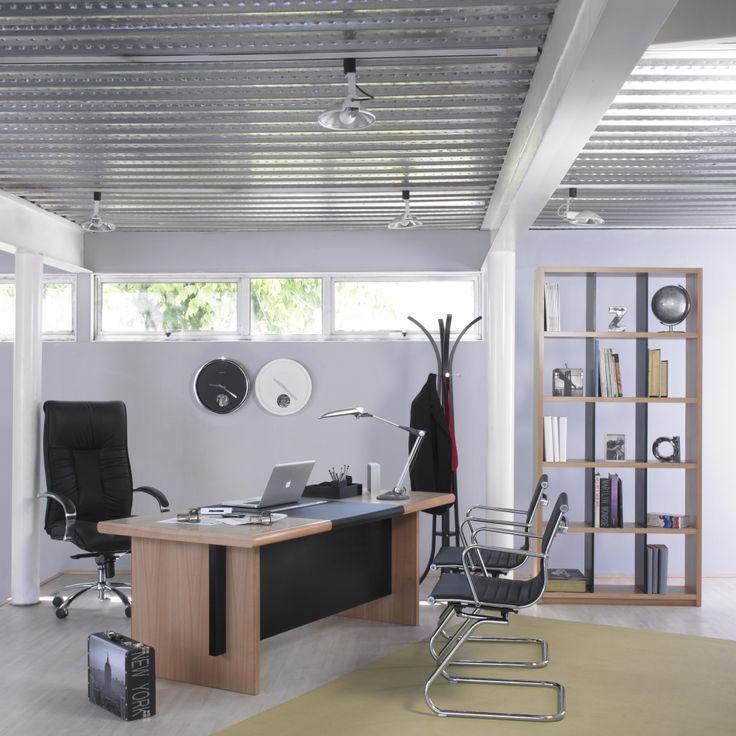 Una oficina muy tradicional, la madera y cromados en perfecta sincronía.