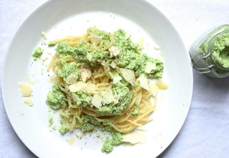 Pesto van basilicum ken je wel, en misschien heb je onze peterseliepesto ook al eens geprobeerd. Maar wist je dat je ook een heerlijke groene pesto kunt maken met broccoli als hoofdingrediënt?       D