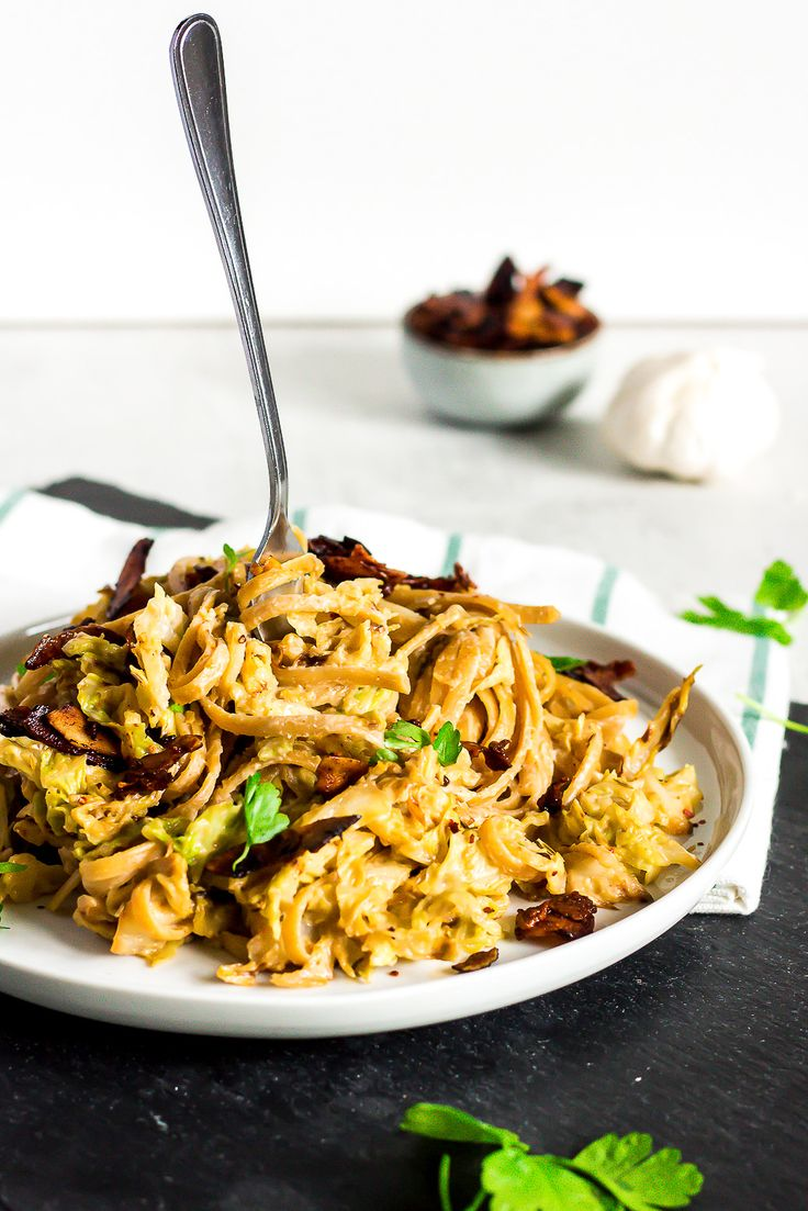 This pasta dish is the sophisticated version of spaghetti carbonara - loaded with healthy savoy cabbage, a creamy sauce made of cashew and a lot of garlic, and topped with smoky coconut bacon. A culinary delight for every pasta lover.