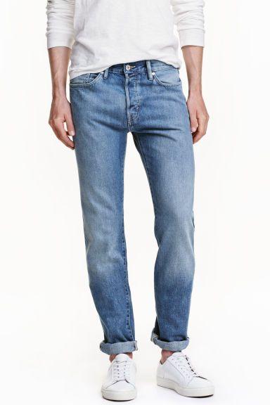 Slim Regular Selvedge Jeans: CONSCIOUS. Dżinsy z 5 kieszeniami ze spranego denimu o wąskim fasonie i normalnej talii. Rozporek na guzik. Wykonane z denimu selvedge - wysokiej jakości tkaniny produkowanej na tradycyjnych krosnach czółenkowych, która charakteryzuje się czerwono-białym wykończeniem brzegu zapobiegającym strzępieniu. Częściowo wykonane z bawełny pochodzącej z recyklingu.