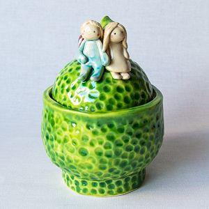 Originali keramikine cukrinė su žavia porele ant dangtelio. Su angele šaukšteliui. Dydis: 10*14,5cm, talpa 350 ml.