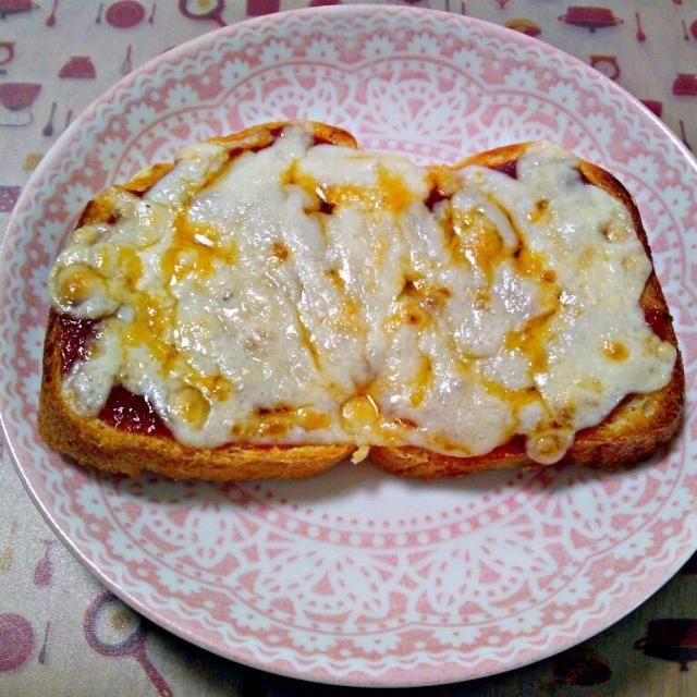 前日のケチャップソースにチーズのせてピザトースト風~ ピザというより若干焼き肉のタレっぽい味したような…?w - 11件のもぐもぐ - 4月9日 余りソースでピザトースト by sakuraimoko